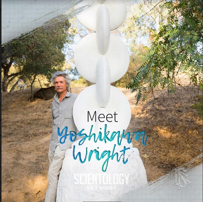 Kamenosochař z Los Angeles Yoshikawa Wright je Scientolog umělec