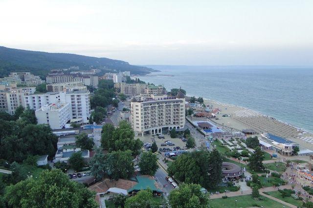 V Bulharsku levné nemovitosti. Například v Burgasu stojí velký třípokojový byt do pěti minut chůze od pláže 7,8 milionu rublů a na Zlatých píscích 7,8 milionu (pro srovnání: v Soči podobné náklady na bydlení 15,8 milionu rublů).  Od 1. května otevřelo Bulharsko své hranice pro Rusy (potřebujete osvědčení o očkování proti koronaviru, negativní test PCR nebo osvědčení COVID-19 odložené za posledních šest měsíců).  Spolu s  odborníkem na nemovitosti z Vysoké školy finančního managementu Lyudmilou Anisimovou hovoří AiF.ru o zvláštnostech koupě domu v Bulharsku.  Co si mohou cizinci koupit? Cizinci v Bulharsku mohou svobodně získávat rezidenční a komerční nemovitosti (byty, studia a apartmány) v bytových domech. Ale domy, vily a samostatné budovy, pozemky, cizinci -  jednotlivci (nerezidenti) nemohou nakupovat (pro takový nákup budete muset zaregistrovat právnickou osobu v zemi a získat nemovitosti ve vlastnictví společnosti).  Jak koupit nemovitost v Bulharsku? Postup podpisu smlouvy o prodeji nemovitosti v Bulharsku se provádí u notáře, který je ručitelem transakce. Notář předá dokumenty okresnímu soudu, kde se údaje zapíší do státního rejstříku, po kterém kupující obdrží úkon se známkou o zápisu vlastnictví. Konečnou fází je registrace nemovitostí na bulharském statistickém úřadu (Bulstat) a na daňovém úřadu. Je to jednoduché.  Povolení k pobytu a občanství Majitel nemovitosti v Bulharsku má právo získat multivisa po dobu jednoho roku nebo déle, s povolenou dobou pobytu v zemi 180 dní v roce.  Chcete-li získat povolení k pobytu (povolení k pobytu) v Bulharsku (a poté občanství), musíte si koupit nemovitost za nejméně 300 tisíc eur (27 milionů rublů).  Pro důchodce (jakékoli kategorie) je možné získat povolení k pobytu při otevření účtu v zemi, což potvrzuje jeho finanční solventnost.  Povolení k pobytu vám umožňuje žít v Bulharsku po celý rok, neomezený počet vstupů a výstupů ze země. Držitel povolení k pobytu může navštívit Kypr, Rumunsko, Chorvatsko bez víza, koupit