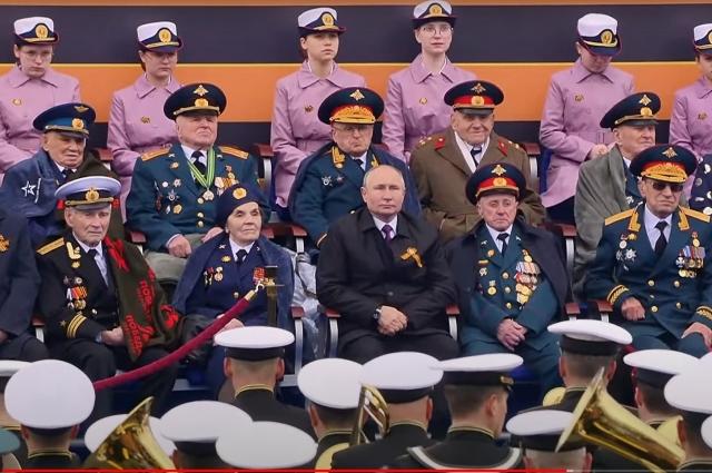 Jaké dívky v růžovém stáli za veterány v průvodu?