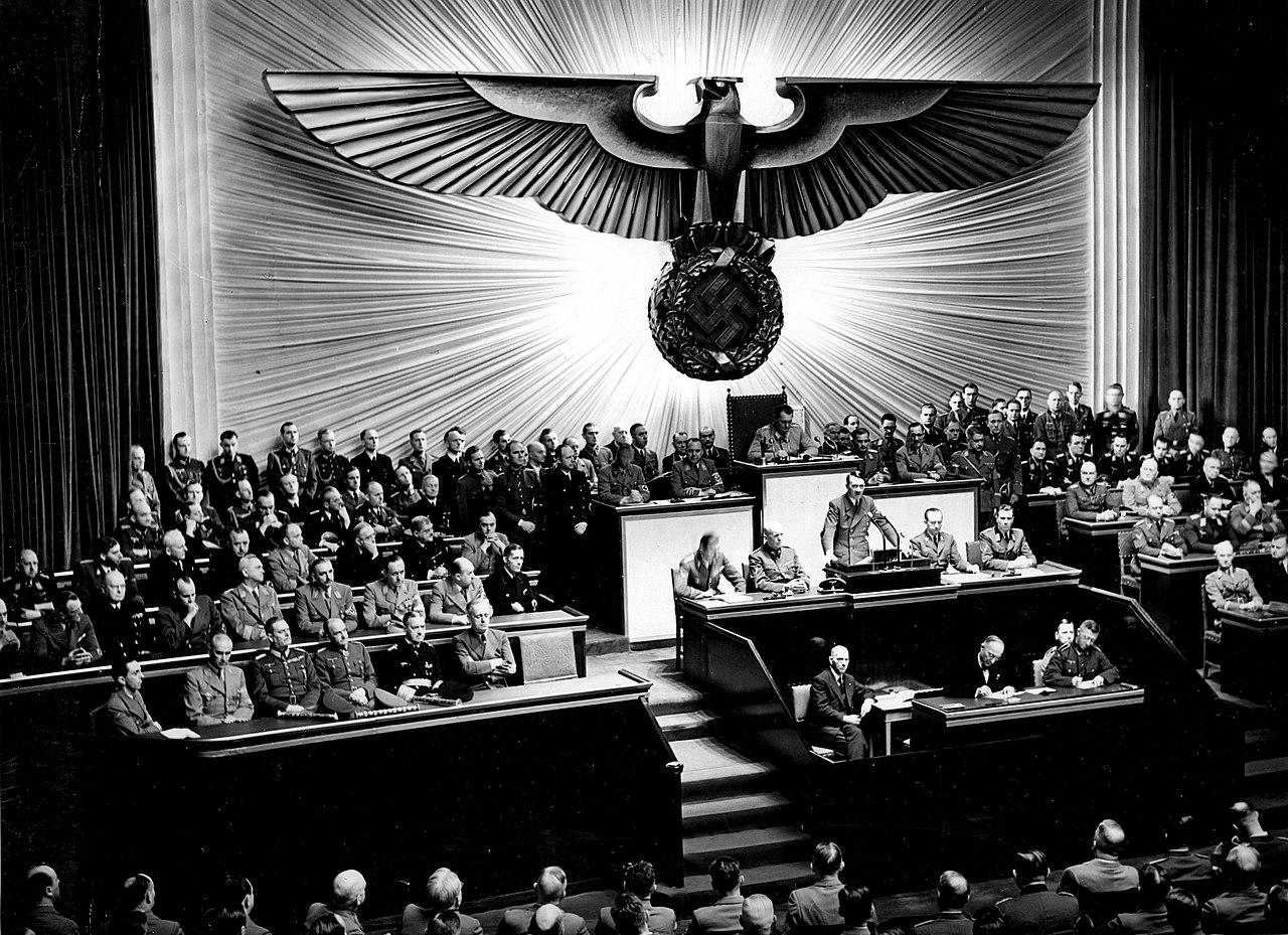 Adolf Hitler mluvil s Říšským sněmem v opeře Kroll v prosinci 1941